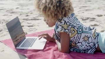 giovane ragazza utilizzando il computer