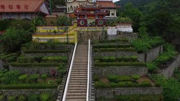 aérien: vol près du temple de kek lok si. video