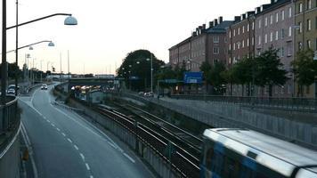 estrada urbana e trem do metrô
