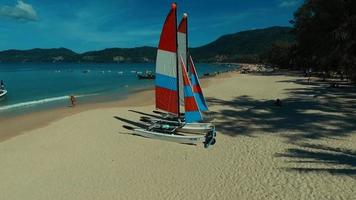 Antenne: zwei Segelboote am Patong Strand. video