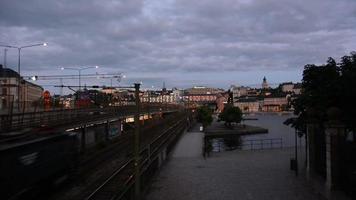 ferrovia urbana al crepuscolo