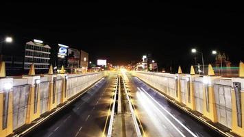 snelwegverkeer meerdere rijstroken rijden, time-lapse 's nachts