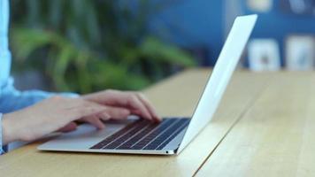 seção mediana de mulher digitando no laptop em casa video