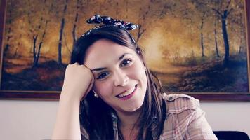 mujer joven charlando y describiendo su vida y su hogar video