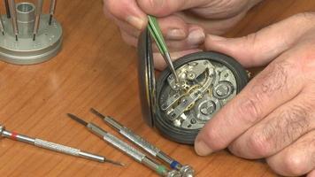 Uhrmacher Reparatur Taschenuhr video