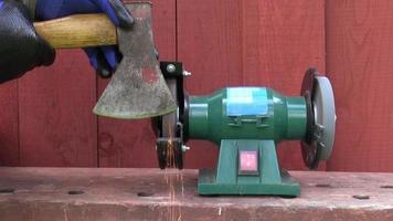 affilatura strumento ascia su pietra smerigliatrice elettrica