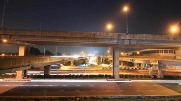 tráfego rodoviário conduzindo ponte múltipla, lapso de tempo à noite video