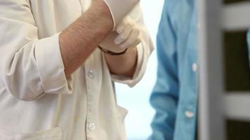 il medico indossa i guanti chirurgici