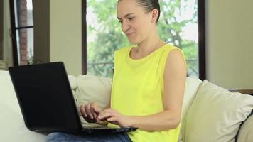 bela jovem usando um laptop em casa