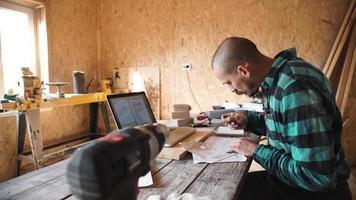 jovem carpinteiro ousado com desenho de bigode em sua oficina video