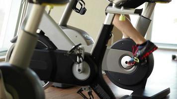 centre de remise en forme moderne: un gars sur le vélo d'exercice travaille video