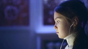 retrato de criança usou o computador à noite.