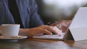 homem usando tablet pc com teclado