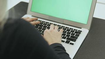 Atractiva mujer joven usa laptop con clave de croma