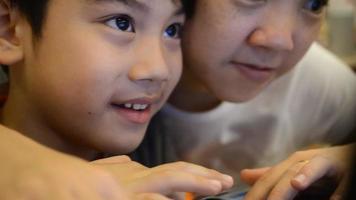 irmã e irmão asiáticos usando um computador portátil. video