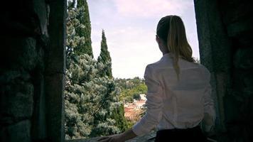 schönes junges Modell, das Foto im historischen Zentrum von Girona macht