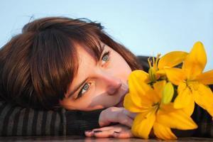mujer joven soñando despierto foto