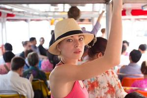 turista viajando em transporte público.
