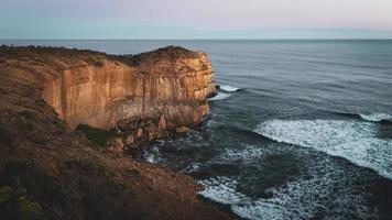 acantilado rocoso marrón
