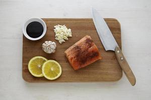 salmón y limón en tabla de cortar