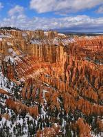 montañas rocosas marrones y blancas