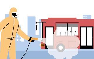 Hombre vestido con traje de protección desinfecta el autobús