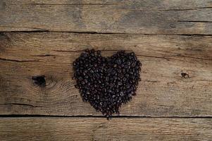 granos de café dispuestos en forma de corazón