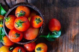 Tomates frescos sobre fondo de madera