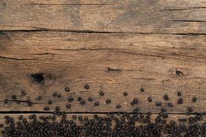 granos de café en el escritorio, vista superior