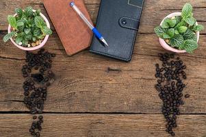 cuadernos y granos de café en el escritorio