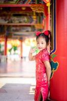 linda niña asiática en traje tradicional chino.
