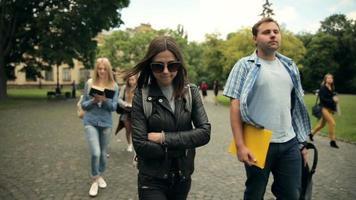 estudiantes universitarios alegres caminando en el campus