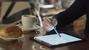 donna disegno su tablet pc in caffetteria video