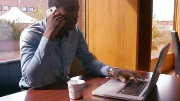 bell'uomo utilizzando laptop e avendo una telefonata video