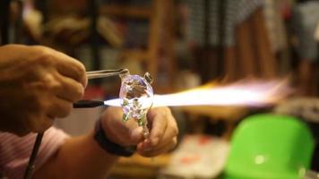 artista tailandês não identificado em atividade de soprar vidro
