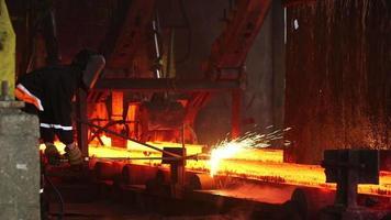 Fabricación de acero en la fábrica con trabajador.
