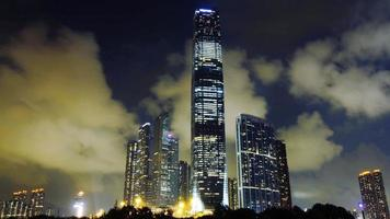 Hong kong icc tower rascacielos exterior en la noche video