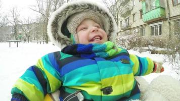 Kind auf Schlitten im Winter