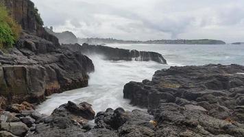 ondas do oceano tempestuoso em rochas paisagem marinha de sonho video