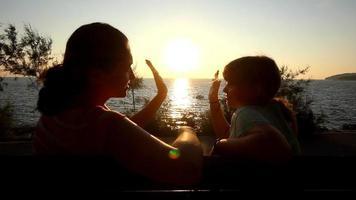 madre e hijo en el banco video