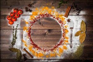 Especias en mesa de madera con silueta de cubiertos foto