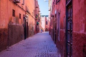 Mujer caminando en la medina de Marrakech foto
