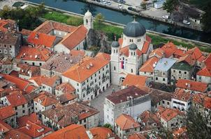 Vista aérea de la antigua ciudad medieval de Kotor. foto