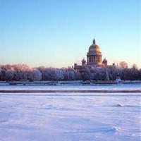 vista del terraplén del río neva de la catedral de san isaac foto