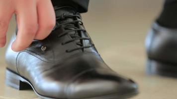 atar un zapato video
