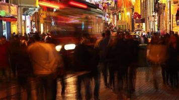 Estambul calle istiklal por la noche. lapso de tiempo video