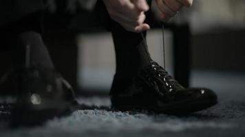 hombre atar los zapatos. video