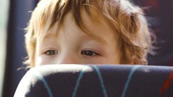 niño detrás del asiento en el autobús video