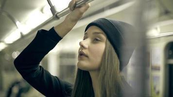 menina adolescente anda de metrô à noite video