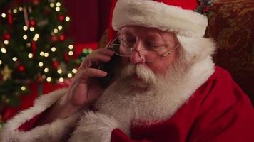 Santa Claus spricht auf dem Handy